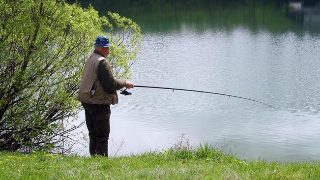 Трима любители риболовци