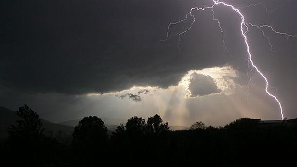 дъжд, придружен от гръмотевични бури