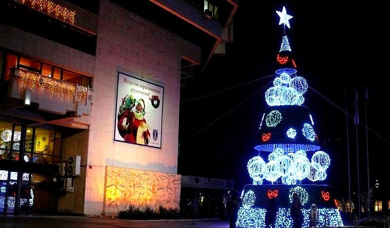Коледната елха на Русе грейна