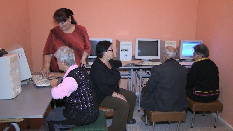 Четвъртокласници обучават пенсионери