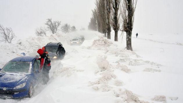 Мъж тръгнал в снежната виелица пеш от Бяла към Русе