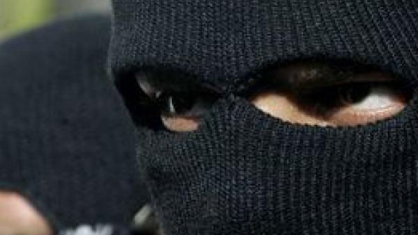 Маскиран с качулка заплашва с нож продавачка в магазин