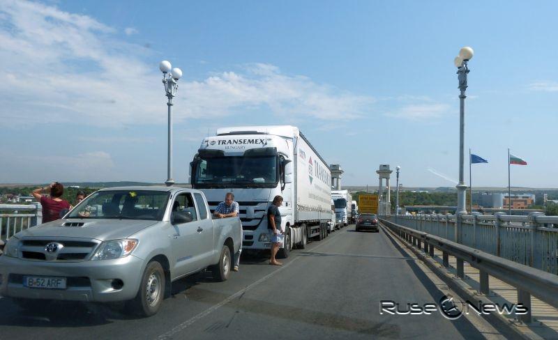 Движението по Дунав мост