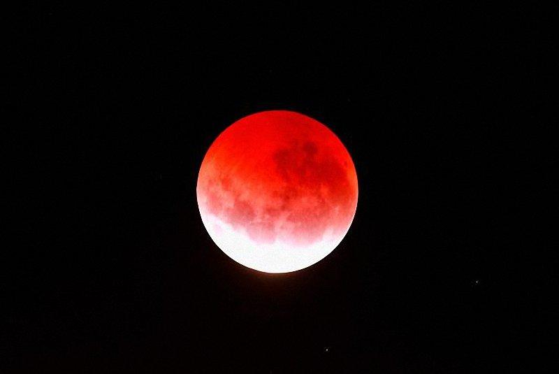 """Пълно лунно затъмнение и """"червена луна"""""""