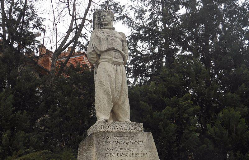 лъв пред паметника на Апостола