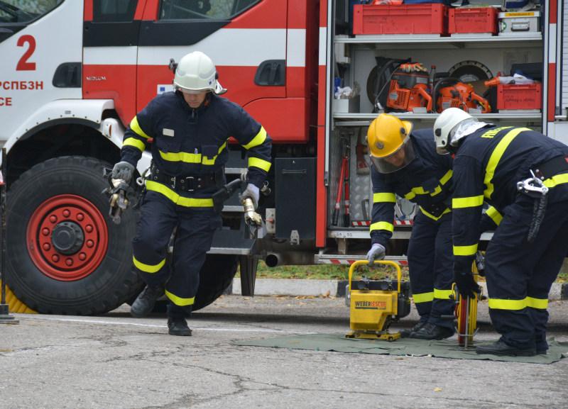 Огнеборец пострада при гасене на пожар в корабостроителницата