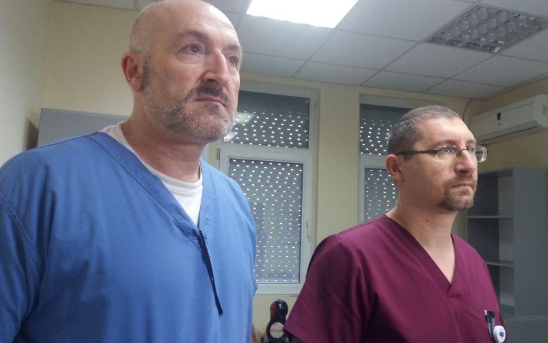 """57-годишният мъж, който пострада вчера сутринта при предизвикания от него пожар в УМБАЛ """"Канев"""" е в тежко състояние. Това съобщи д-р Наско Тютюнджиев от УМБАЛ """"Медика Русе"""", където пострадалият мъж бе приведен, тъй като само там има отделение по изгаряния."""