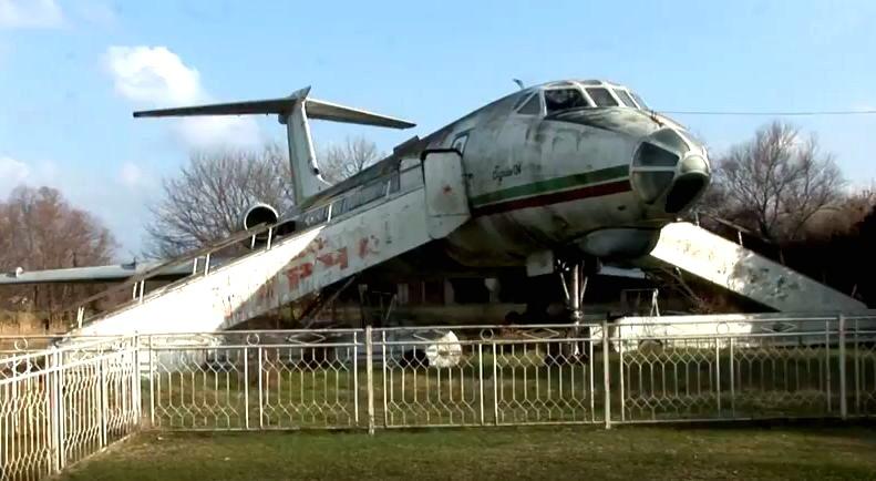 Истински пътнически самолет повече от 30 години стои приземен до река Дунав. В края на 80-те години от гражданската авиация подарили самолета на местната власт. Напълно оборудван, той се оказал добър вариант за запълване свободното време на учениците.