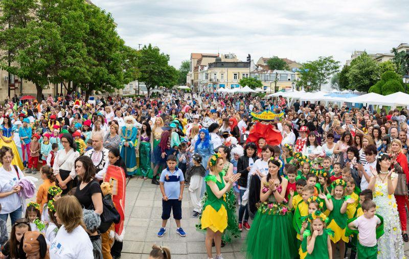 С какво България издига европейските ценности, как българският колорит добавя стойност в обединеното европейско семейство и защо гордостта да сме българи е равна по сила на самочувствието да сме граждани на Европа - това показаха днес в шествие-спектакъл 600 деца и техните педагози от всички детски градини на територията на община Русе.
