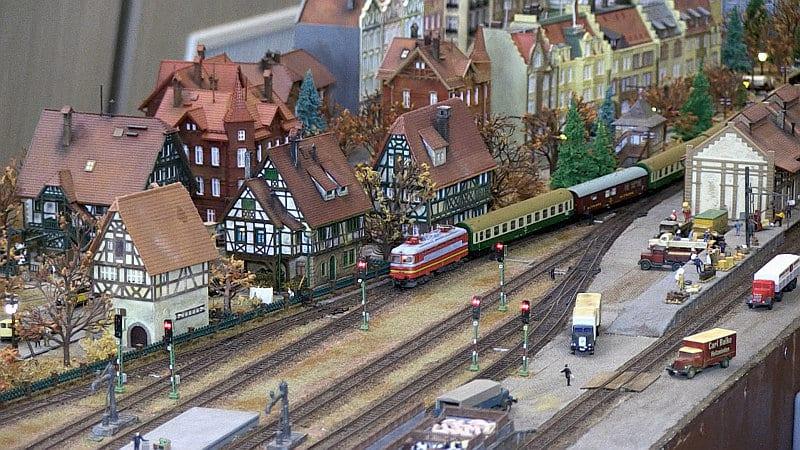 Железопътни модели подредиха в Канев център, канят публиката да ги управлява