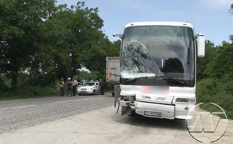 """Липса на сигнализация за извършваните ремонтни дейности по пътното платно е основна причина за инцидента на пътя Русе – Бяла тази сутрин. Това твърдят очевидци на произшествието, за което ТВН първи съобщи. По думите им,автомобил """"Тойота"""" и джип """"Мицубиши"""""""