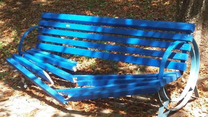 Вандали трошат пейки в Парка на младежта