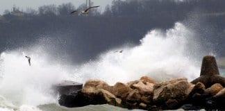 буря в Гърция спря фериботите