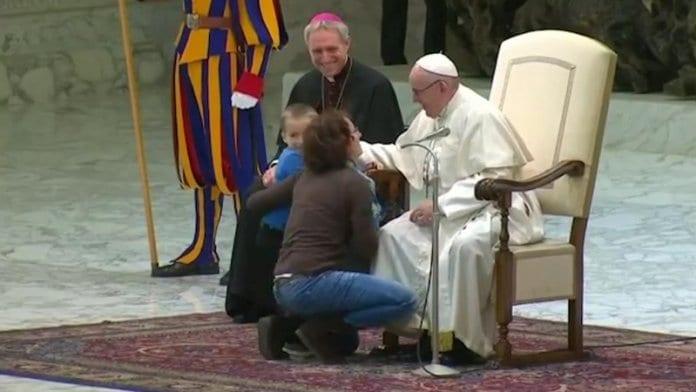 Дете изненада папа Франциск