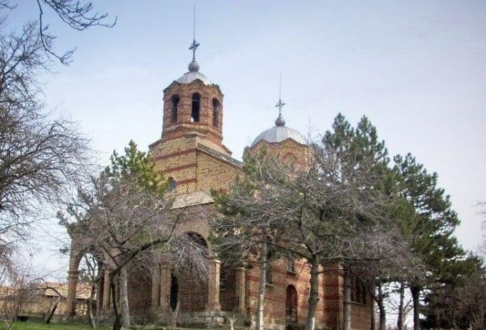 митрополит Наум отслужи Света литургия в обновения храм