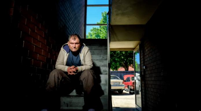 Бездомник забогатя след като помогна на полицията