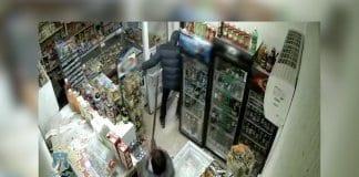Продавачка прогони въоръжен крадец с метла