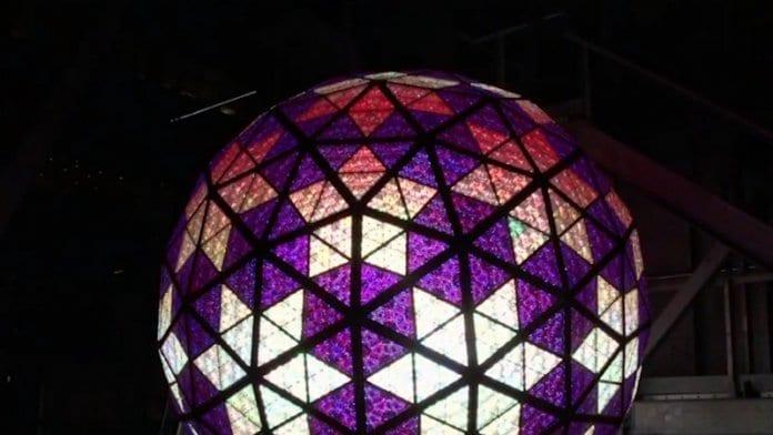 Ню Йорк тества известната кристална топка
