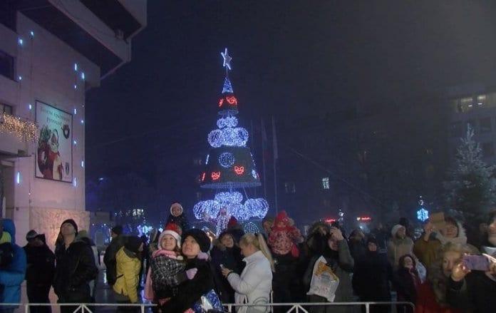 Коледната елха грейна в центъра на Русе