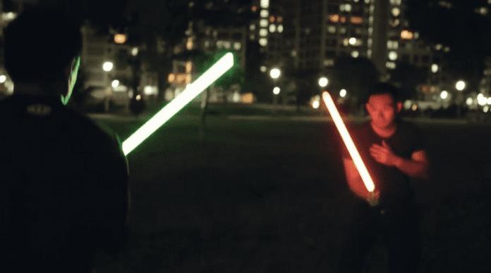 Дуелът със светлинни мечове е официален спорт във Франция