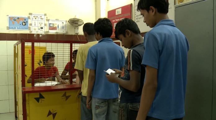 Деца управляват парите на деца в банка