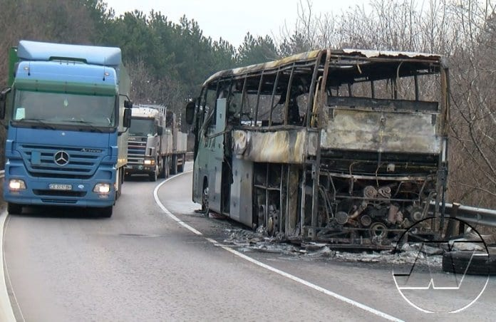Турски автобус изгоря край Бяла
