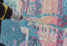 Човекоподобен робот рисува като художник с молив в ръка