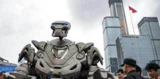 Робот изнася лекция по политология