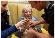 Полицаи изпълниха заветно желание на 104-годишна жена