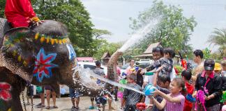 """Тайланд празнува Нова Година с """"воден бой"""""""