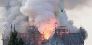 """Пожар избухна в катедралата """"Нотр Дам"""""""