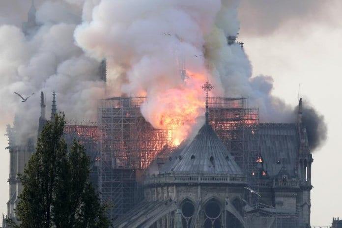 Пожар избухна в катедралата