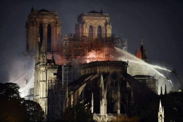 Пожарът, обхванал катедралата Нотр Дам