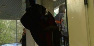 Изнервен русенец строши вратата на сградата на Общината