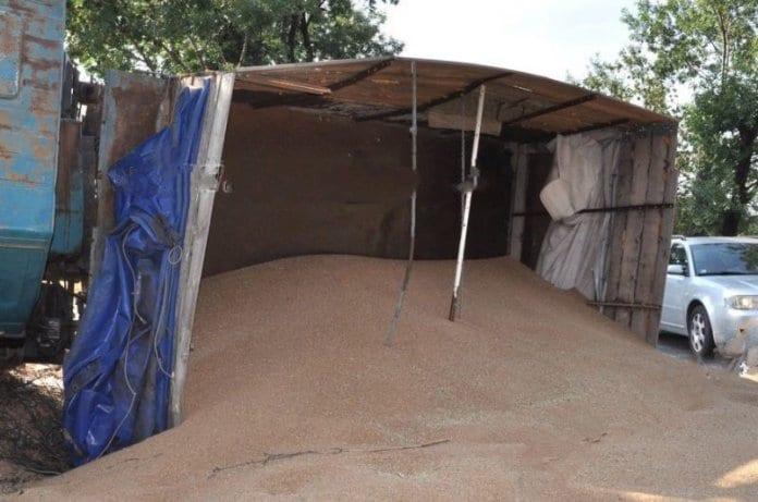 Натоварен с жито ТИР