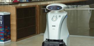 Робот чисти и разказва вицове